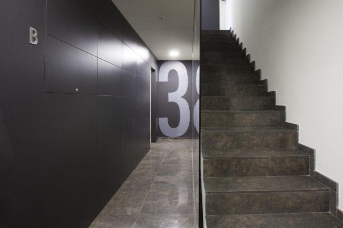 Iluminación domótica escalera edificio promoción F8